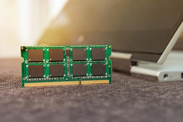 Cartes mémoire ram pour ordinateur portable. mémoire à accès aléatoire pour le remplacement d'un ordinateur portable. module ram ddr en main sur le fond d'un ordinateur portable-transformateur moderne. mise à niveau ultrabook