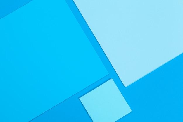 Cartes papiers sur le bleu. vue de dessus, pose à plat, espace de copie