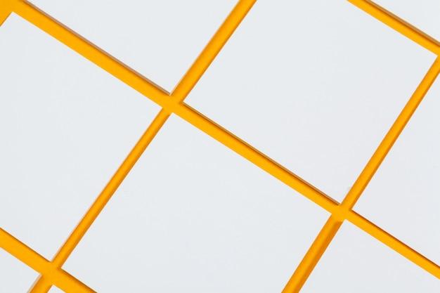 Cartes papiers sur jaune. vue de dessus, pose à plat, espace de copie