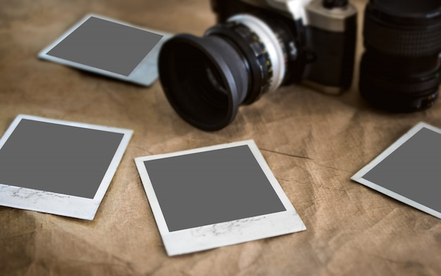 Cartes photo vierges, cadre photo sur texture vintage avec appareil photo rétro bleui, maquette de la photographie.
