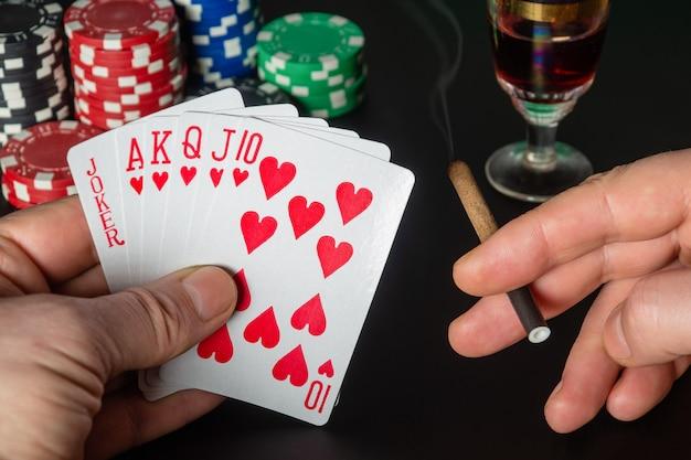 Cartes de poker avec cinq d'une combinaison aimable