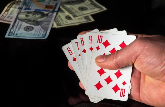 Cartes de poker avec une combinaison quinte flush.