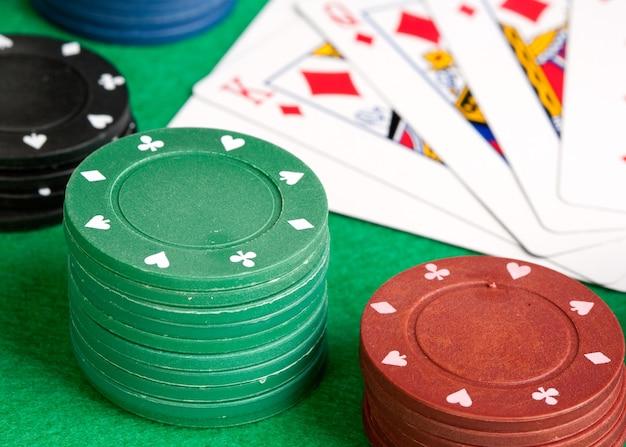 Cartes de poker et jetons empilés de plusieurs couleurs