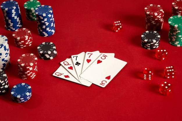 Cartes de poker et jetons de jeu sur fond rouge. vue de dessus. espace de copie. nature morte. mise à plat. 2 paires