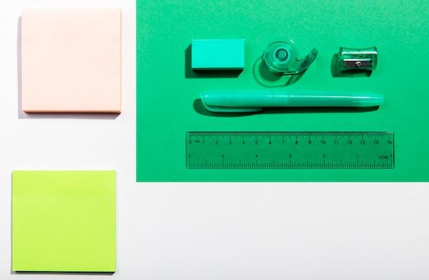 Cartes post-it et outils scolaires, vue de dessus