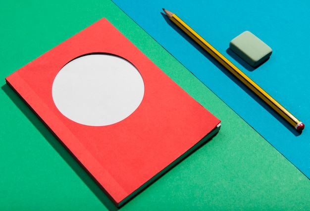 Cartes post-it et outils scolaires, vue haute