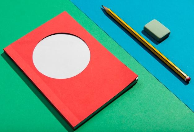 Cartes post-it et outils scolaires, vue haute