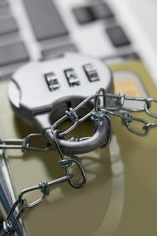 Cartes à puce verrouillées dans une chaîne sur un ordinateur portable