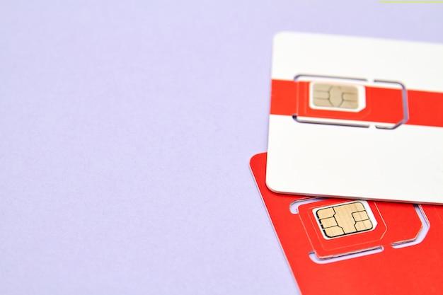 Cartes sim pour téléphones mobiles sur fond violet