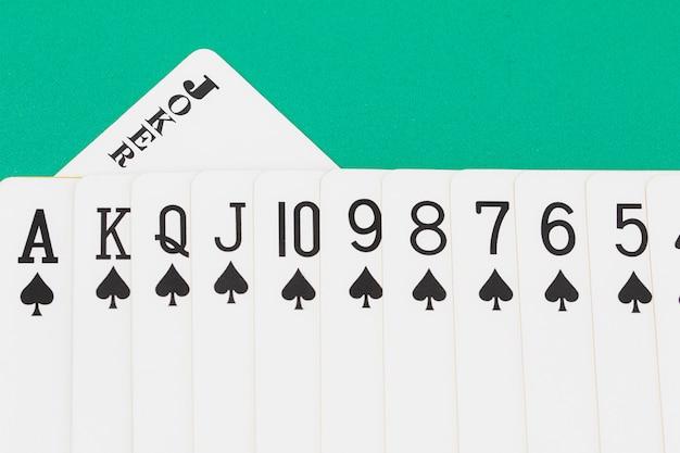 Cartes sur la table de casino verte
