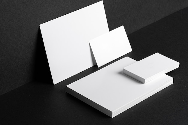 Cartes de visite blanches sur fond noir se bouchent, copiez l'espace