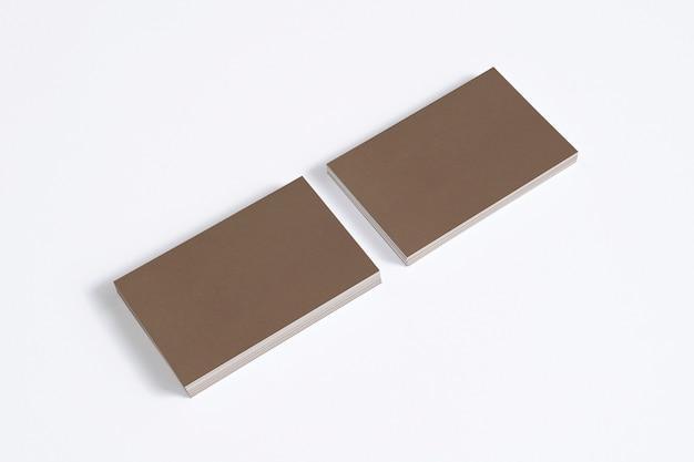 Cartes de visite en carton blanc isolés sur blanc