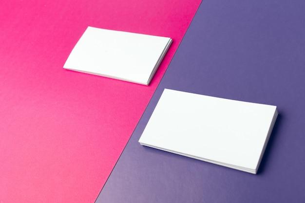 Cartes de visite maquette sur rose et violet