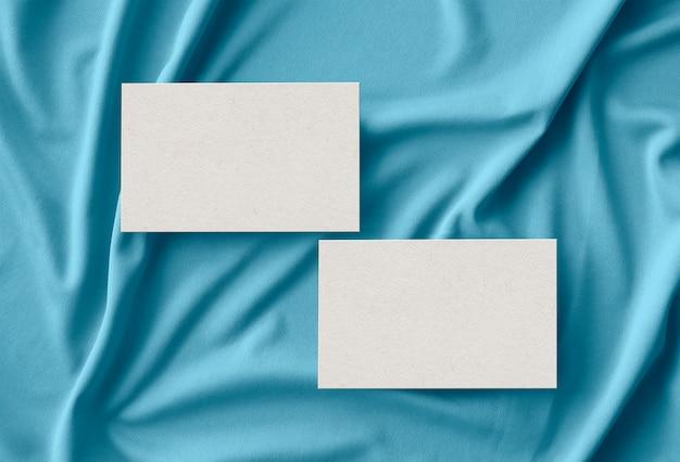 Cartes de visite sur la surface du tissu