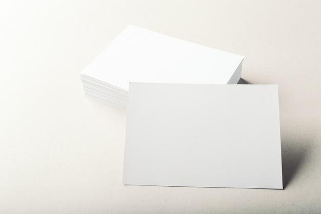 Cartes de visite vierges sur fond gris