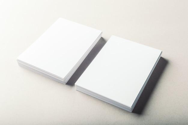 Cartes de visite vierges sur gris