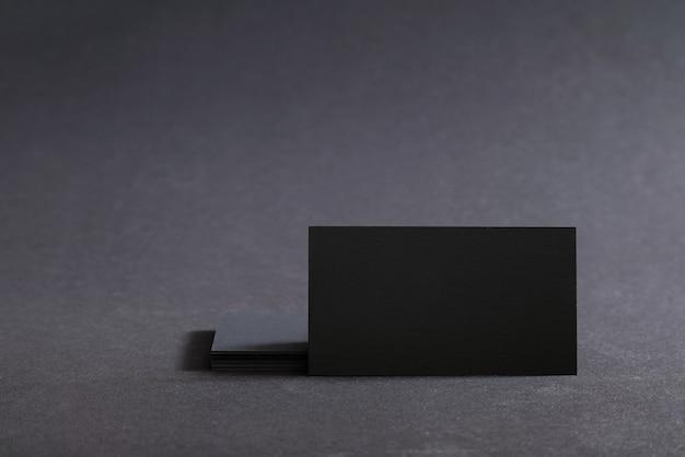 Cartes de visite vierges noires sur une surface noire.