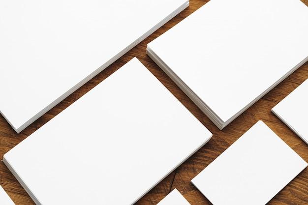 Cartes de visite vierges sur table en bois brut