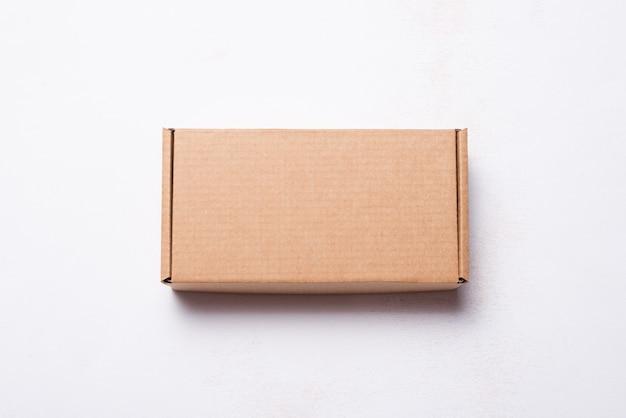 Carton, boîte postale en carton, étui, vue de dessus sur fond de bois blanc