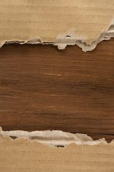 Carton sur fond de bois