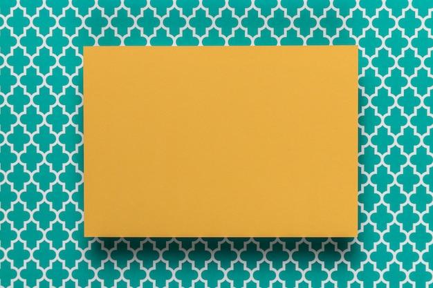 Carton jaune sur fond bleu sarcelle