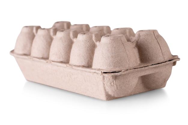 Le carton d'oeufs pour dix oeufs, fermé, isolé sur blanc
