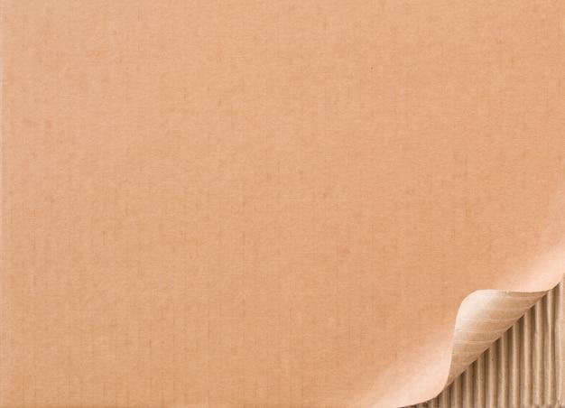 Carton ondulé avec coin recourbé