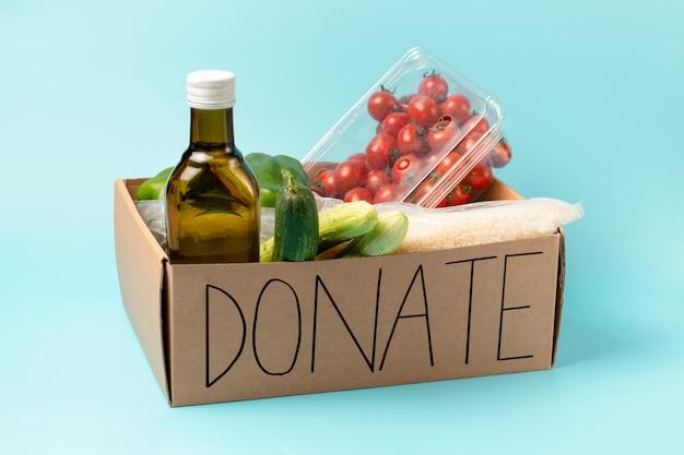 Carton avec des produits et des inscriptions faire un don