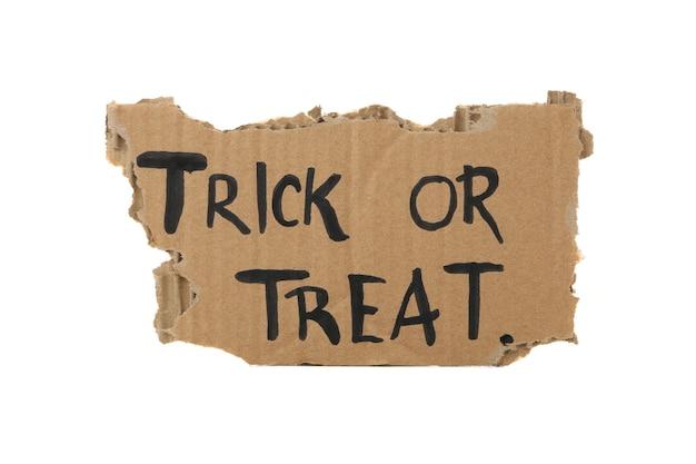 Carton avec texte trick or treat isolé sur blanc