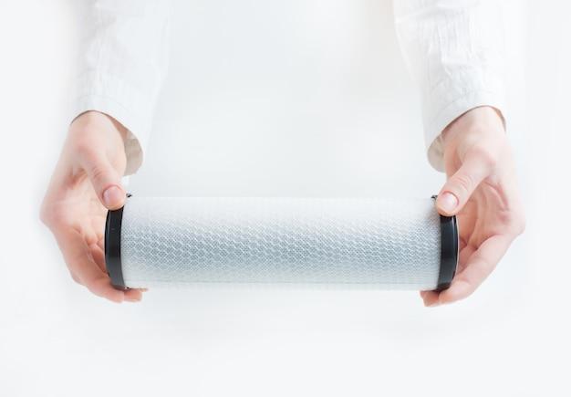Cartouche de filtre à eau dans des mains humaines