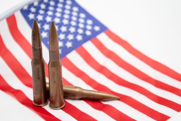 Cartouches d'armes automatiques sur le drapeau américain. drapeau américain avec cartouches de fusil de chasse