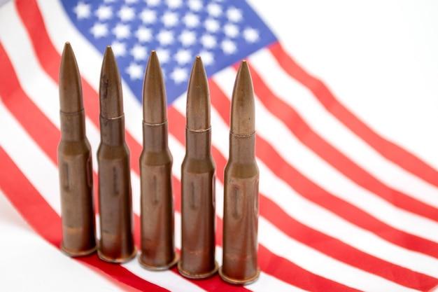 Cartouches d'armes automatiques sur le drapeau américain