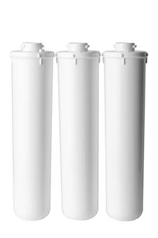 Cartouches de purificateur d'eau isolé sur fond blanc