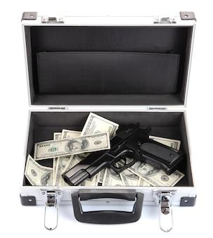 Cas avec de l'argent et des armes à feu, sur blanc