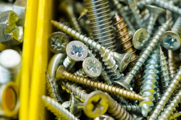 Cas avec de petits objets de construction. boîte à outils isolée. définissez les travaux de réparation du métal dans la boîte.