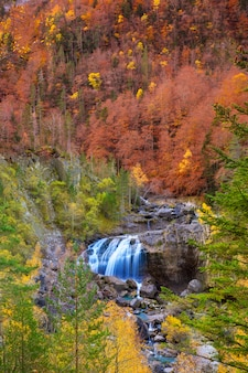 Cascada de arripas cascade dans la vallée d'ordesa pyrénées huesca