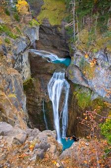 Cascada del estrecho dans la vallée d'ordesa dans les pyrénées en espagne