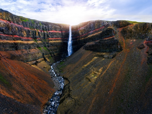 La cascade aldeyjarfoss dans le nord de l'islande.