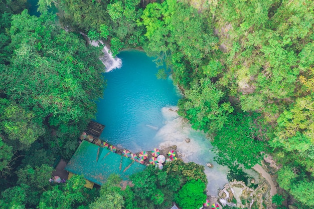 La cascade azur de kawasan à cebu. l'attraction principale de l'île. concept sur la nature et les voyages