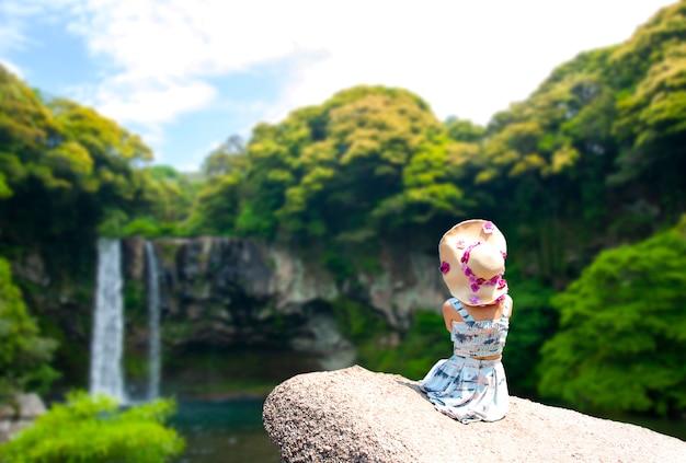 La cascade de cheonjiyeon floue est une cascade sur l'île de jeju, sou