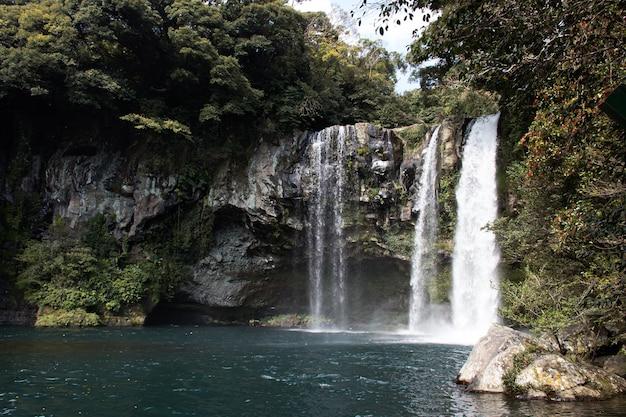 Cascade de cheonjiyeon sur l'île de jeju en corée du sud