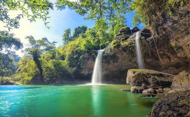 Cascade dans la forêt tropicale au parc national de khao yai thaïlande vue sur la cascade de l'intérieur du cav
