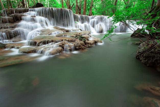Cascade dans la forêt tropicale à l'ouest de la thaïlande. prise de vue à vitesse lente. cascade de huai mae khamin, province de kanchanaburi.