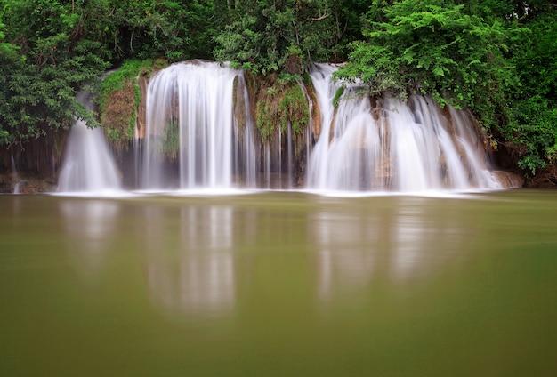 Cascade dans la forêt tropicale, à l'ouest de la thaïlande