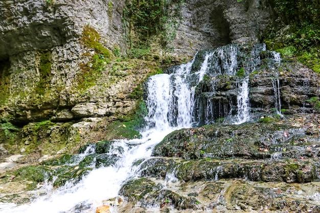 Cascade dans le magnifique canyon naturel de martvili en géorgie