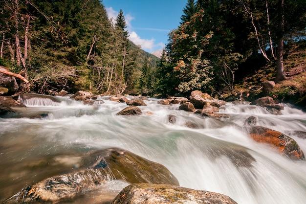 Cascade dans les montagnes dans le parc national hohe tauern en autriche.