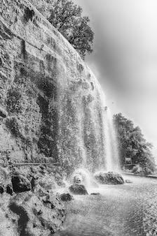 Cascade dans le parc de la colline du château, monument majeur de nice, côte d'azur, france
