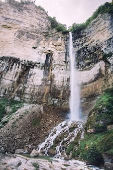 Cascade dans la vue sur les montagnes rocheuses