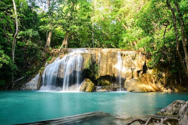 Cascade d'erawan dans le parc national thailandblue cascade de couleur émeraude
