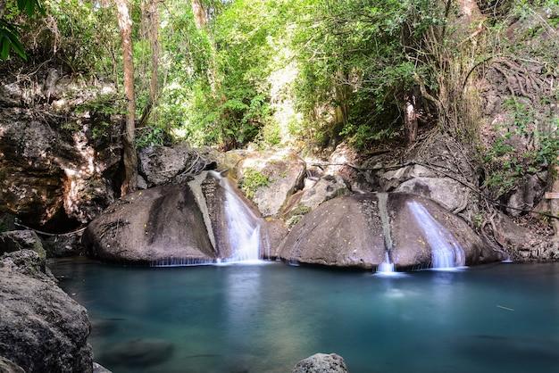Cascade d'erawan dans la province de kanchanaburi en thaïlande